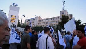La protesta dei lavoratori davanti alla sede dell'ERT ad Atene